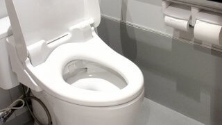 蓋のあいているトイレ
